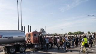 [Video] Kinh hoàng xe bồn lao thẳng vào đoàn người biểu tình ở Mỹ