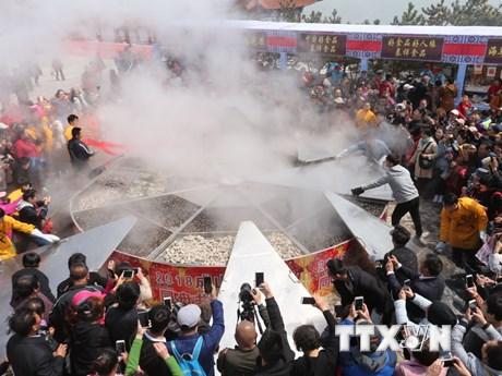[Photo] Món ăn hải sản nấu trên chiếc vạc khổng lồ ở Trung Quốc