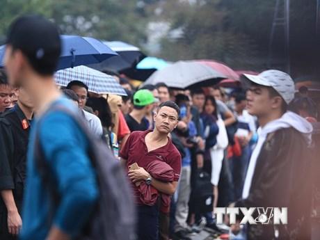 Hình ảnh fan chen lấn từ 3 giờ sáng mua vé các trận đấu của tuyển VN