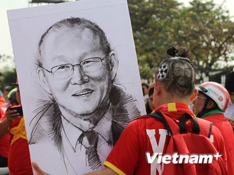 CĐV tiếp lửa cho đội tuyển Việt Nam trước trận gặp Philippines