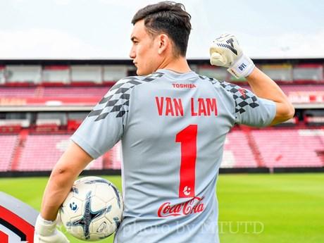 Cận cảnh Văn Lâm rạng rỡ trong ngày ra mắt Muangthong United