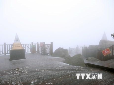 Cận cảnh tuyết bất ngờ rơi trên đỉnh Fansipan ở Lào Cai