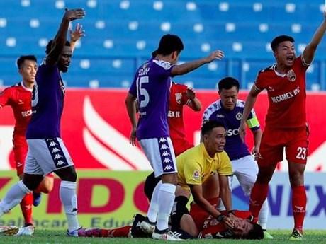 Pha bóng khiến cầu thủ Bình Dương suýt nuốt lưỡi ngay trên sân | Bóng đá | Vietnam+ (VietnamPlus)