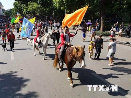 Diễu hành và biểu diễn nghệ thuật xiếc trên phố đi bộ hồ Hoàn Kiếm | Văn hóa | Vietnam+ (VietnamPlus)