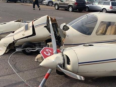 Mỹ: Máy bay hạ cánh xuống phố, đâm hỏng nhiều xe ôtô | Đời sống | Vietnam+ (VietnamPlus)