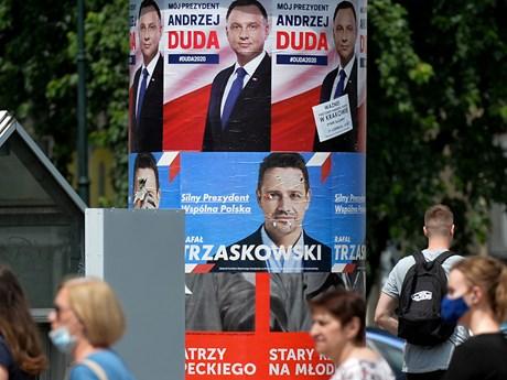 Cử tri Ba Lan đi bỏ phiếu trong cuộc bầu cử tổng thống vòng hai