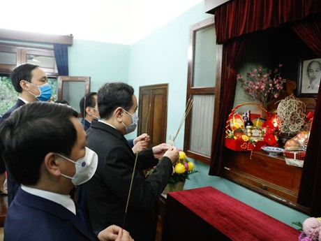Chủ tịch Ủy ban Trung ương MTTQ dâng hương tưởng nhớ Bác Hồ