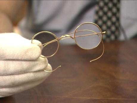 Đấu giá cặp kính mạ vàng của lãnh tụ Ấn Độ Mahatma Gandhi