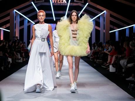 Nhà tạo mốt Thổ Nhĩ Kỳ phá cách giày thể thao với váy thướt tha