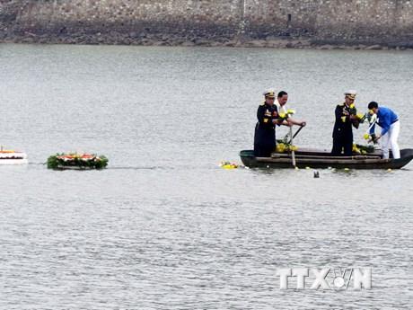 Thả hoa tưởng nhớ các chiến sỹ trên những con tàu không số