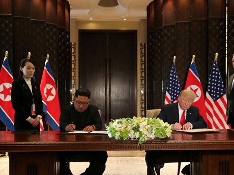 [Photo] Khoảnh khắc lãnh đạo Mỹ-Triều Tiên ký văn kiện chung