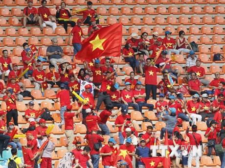 """Hình ảnh cổ động viên Việt Nam """"nhuộm đỏ"""" sân vận động Pakansari"""