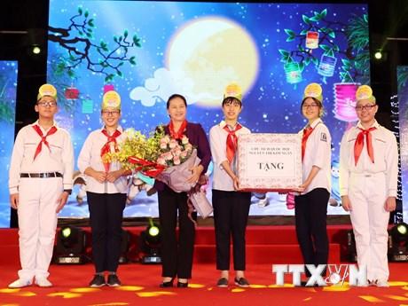 Hình ảnh Chủ tịch Quốc hội tặng quà Trung Thu cho thiếu nhi Hà Nội