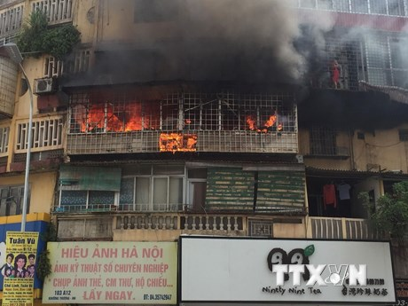 Cháy căn hộ tập thể cũ trên phố Tôn Thất Tùng, khói bốc nghi ngút