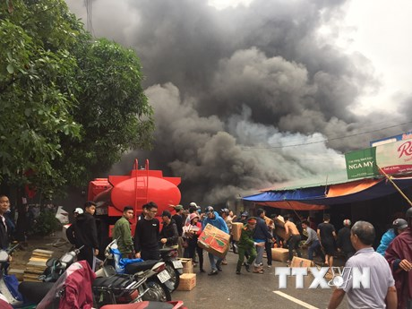 Cháy kho chứa hàng gần khu vực chợ Vinh, khói bốc đen kịt