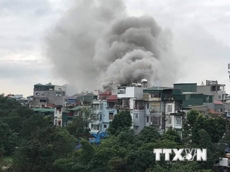 Hình ảnh vụ cháy quán karaoke trên phố Nguyễn Khiết, cột khói bốc cao