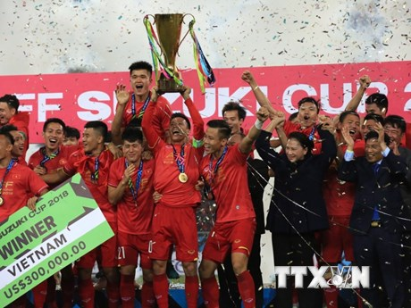 Hình ảnh tuyển thủ Việt Nam giương cao chiếc cúp vô địch AFF Cup 2018