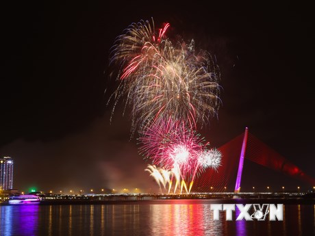 Rực rỡ màn pháo hoa kỷ niệm 22 năm thành phố Đà Nẵng trực thuộc TW