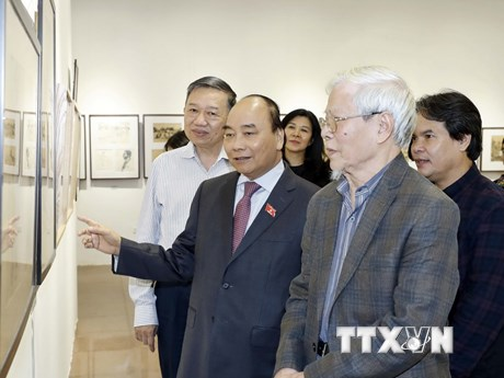Thủ tướng Nguyễn Xuân Phúc thăm triển lãm của họa sỹ Ngô Mạnh Lân | Văn hóa | Vietnam+ (VietnamPlus)