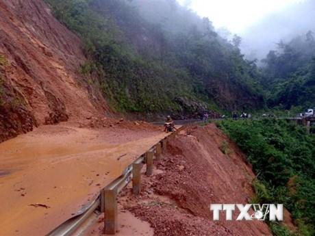 Sạt núi chia cắt nhiều tuyến đường giao thông ở tỉnh Lai Châu | Giao thông | Vietnam+ (VietnamPlus)