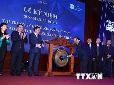 Thủ tướng đánh cồng kỷ niệm 20 năm hoạt động thị trường chứng khoán  | Chứng khoán | Vietnam+ (VietnamPlus)