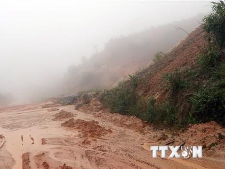 Nhiều tuyến đường ở miền Trung vẫn ách tắc do ảnh hưởng của bão số 9
