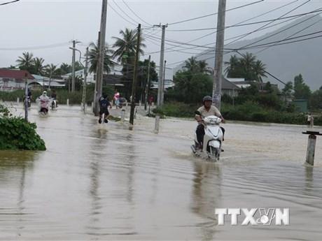 Khánh Hòa: Mưa lũ lớn, đoàn khách du lịch mắc kẹt trên núi