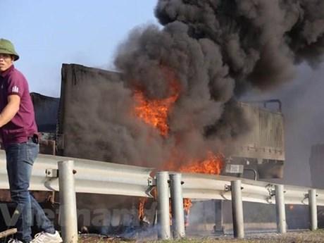 Xe tải bốc cháy dữ dội khi đâm nhau, hai người mắc kẹt tử vong | Giao thông | Vietnam+ (VietnamPlus)