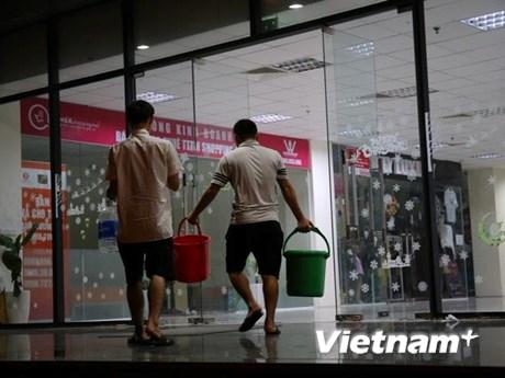 Hà Nội: Sau sự cố sông Đà, xe hỗ trợ cấp nước chạy xuyên đêm | Xã hội | Vietnam+ (VietnamPlus)