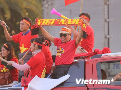 Cổ động viên nhuộm đỏ sân bay Nội Bài chờ đón các cầu thủ về nước - kết quả xổ số tiền giang