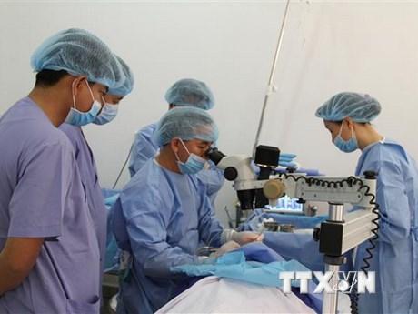 Bác sỹ Việt Nam khám, mổ mắt miễn phí cho bệnh nhân nghèo Campuchia