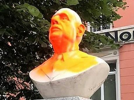 Pháp: Người biểu tình phá hoại tượng cố Tổng thống Charles de Gaulle | Châu Âu | Vietnam+ (VietnamPlus)