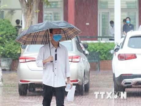 Hà Nội ngày nắng, Trung Bộ mưa lớn do hoàn lưu áp thấp nhiệt đới