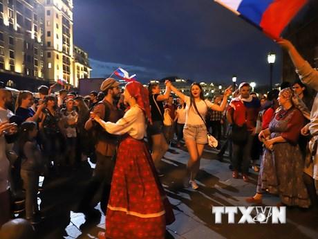 Người dân Nga đổ ra đường mừng chiến thắng tại World Cup 2018