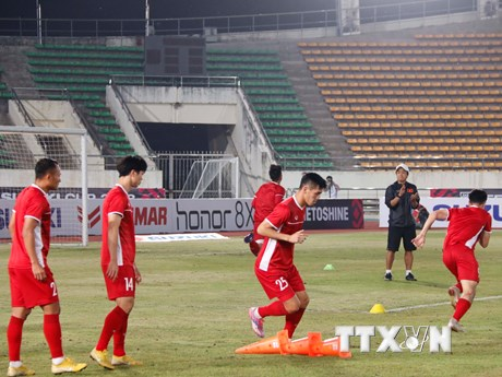 Hình ảnh đội tuyển Việt Nam tập làm quen với sân vận động Quốc gia Lào