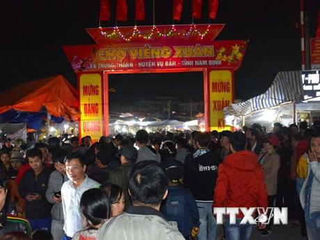 """Hình ảnh du khách tấp nập đến chợ Viềng """"cầu may"""" đầu năm"""