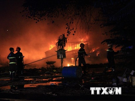 Cháy dữ dội vựa ve chai rộng 2.000m2 ở tỉnh Bình Dương | Xã hội | Vietnam+ (VietnamPlus)