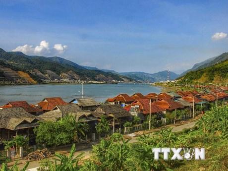 Khám phá nét độc đáo mái nhà sàn lợp bằng đá của người Thái trắng  | Điểm đến | Vietnam+ (VietnamPlus)