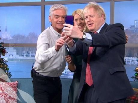 Thủ tướng Anh Johnson sử dụng điện thoại Huawei để chụp ảnh tự sướng | Công nghệ | Vietnam+ (VietnamPlus)