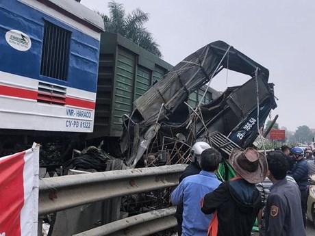 Hà Nội: Tàu hỏa đâm ôtô tại Phú Xuyên, tài xế mắc kẹt trong cabin   Giao thông   Vietnam+ (VietnamPlus)