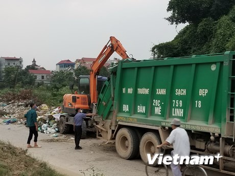 Xử lý dứt điểm khu vực tập kết rác ở đê tả sông Hồng qua thôn Hạ Lôi | Môi trường | Vietnam+ (VietnamPlus)