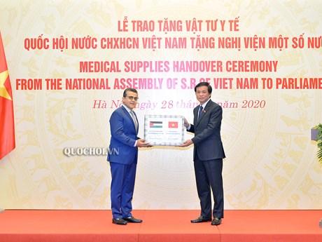 Quốc hội Việt Nam trao vật tư y tế tặng Nghị viện một số nước