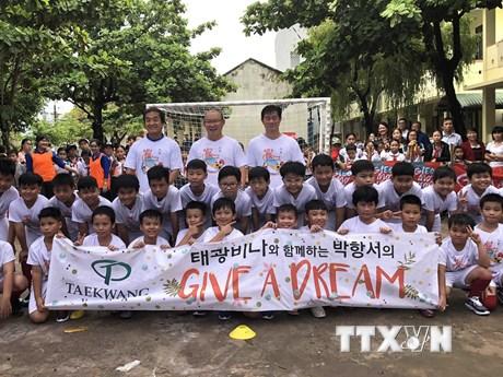 Hình ảnh HLV Park Hang Seo giao lưu cùng các em nhỏ tại Bình Định