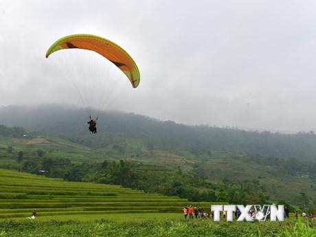 Độc đáo màn bay dù lượn lần đầu tiên tổ chức ở trên cánh đồng Na Hang