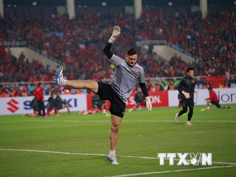 Hình ảnh các cầu thủ Việt Nam khởi động trước trận chung kết lượt về