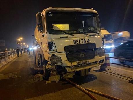 Hà Nội: Xe bồn trộn bêtông đâm nhiều xe máy trên cầu Thanh Trì | Giao thông | Vietnam+ (VietnamPlus)