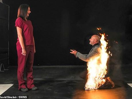 Màn cầu hôn ấn tượng của người đàn ông với ngọn lửa cháy trên lưng
