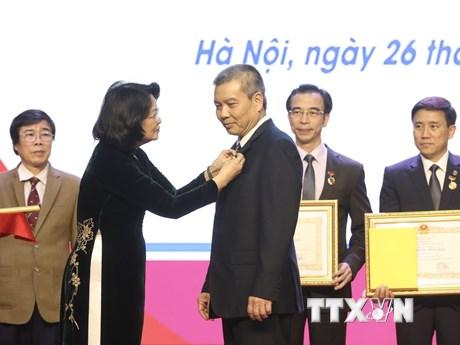 Phó Chủ tịch nước trao danh hiệu Thầy thuốc Nhân dân cho 5 bác sỹ