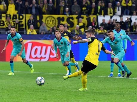 Reus sút hỏng penalty, Dortmund lỡ cơ hội đánh bại Barcelona | Bóng đá | Vietnam+ (VietnamPlus)