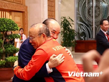 Thủ tướng gặp mặt Đội tuyển bóng đá nữ và U22 giành HCV SEA Games 30 | Bóng đá | Vietnam+ (VietnamPlus)